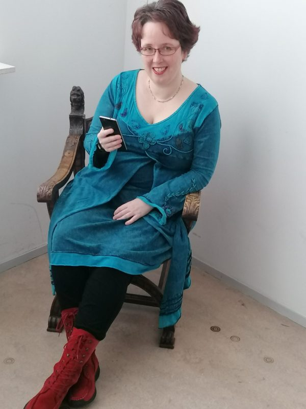 Esther met mobiel op stoel