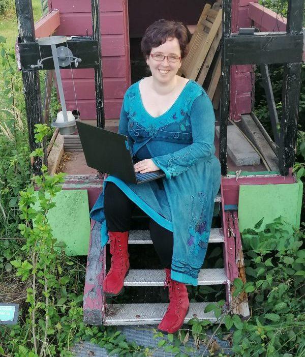 Esther met laptop op trapje