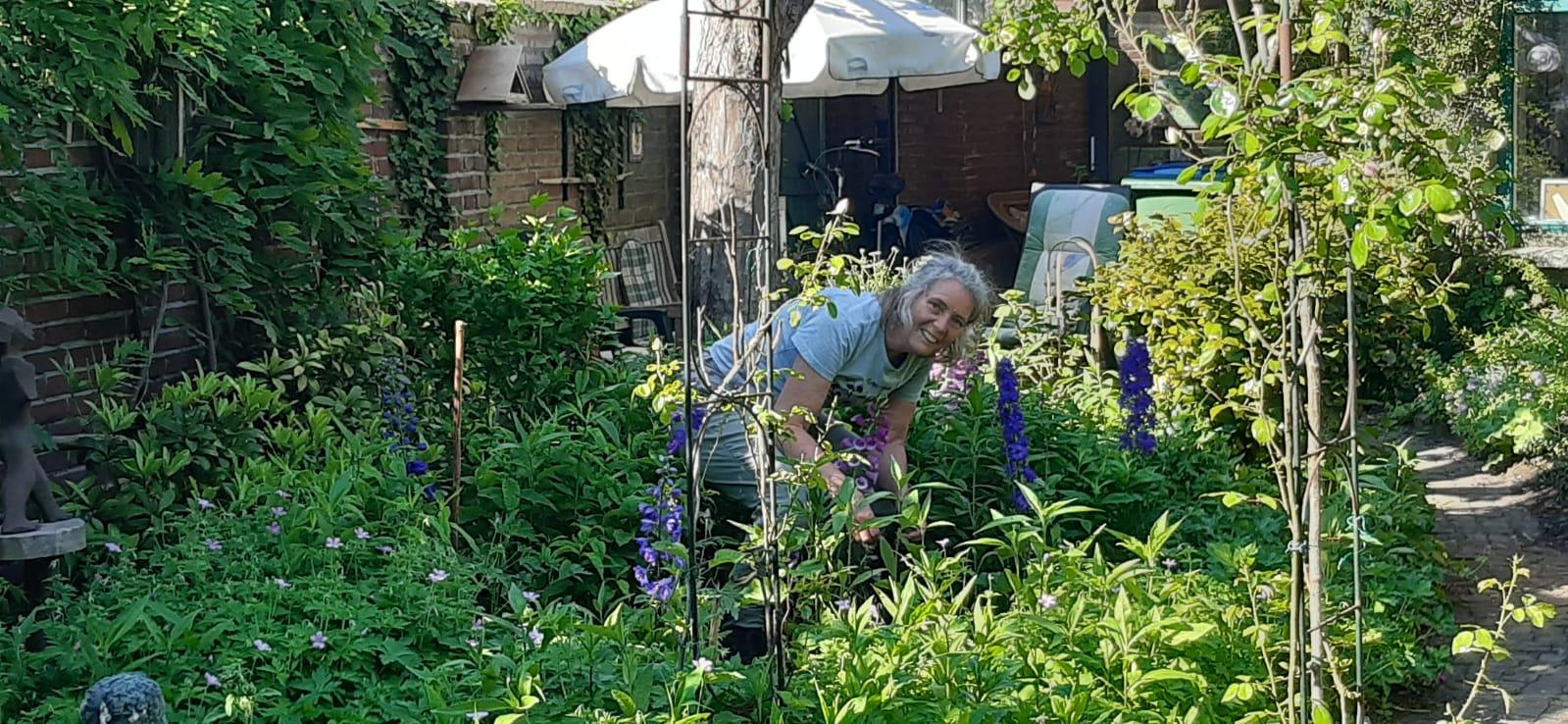 Monique in de tuin